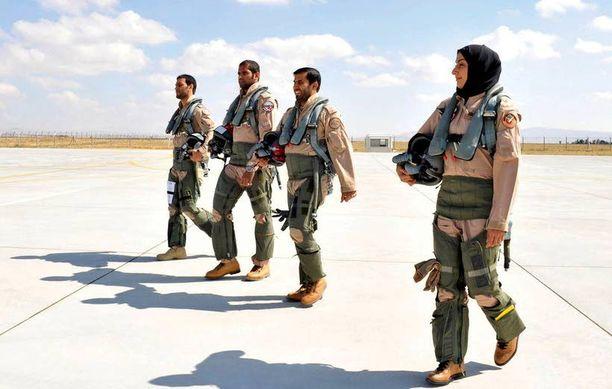 Musliminainen sotakoneen lentäjänä on harvinainen näky ja hämmästytti myös länsimaisia kollegoita.