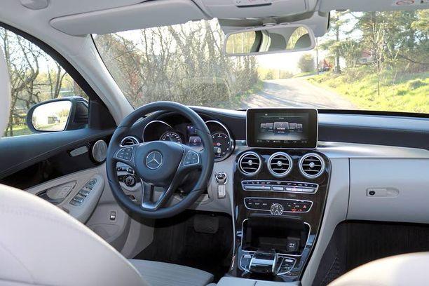 Ohjaamossa on piirteitä pienestä A-sarjalaisesta mutta myös ison auton arvokkuutta.
