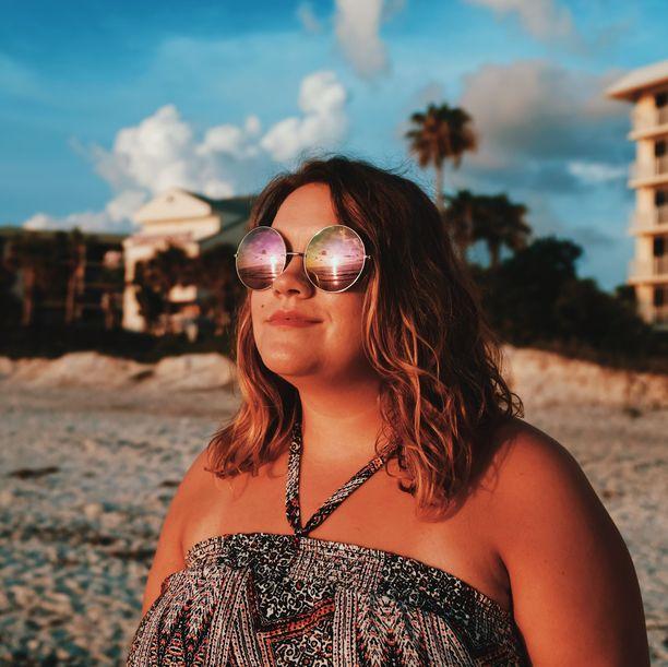 Paras tapa suojata hiukset paahtavalta auringolta on suojata ne suojasuihkeella ja hatulla tai huivilla.