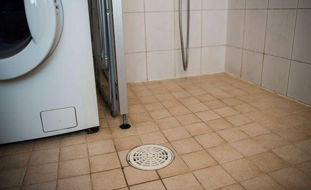 Teinityttö uskoi lähteneensä viettämään romanttista iltaa, mutta joutui nöyryyttävällä tavalla hyväksikäytetyksi kylpyhuoneen lattialla.