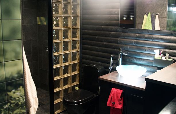 Alakerran kylpyhuoneen seinäkaakelit on tulostettu itse otetuista valokuvista.
