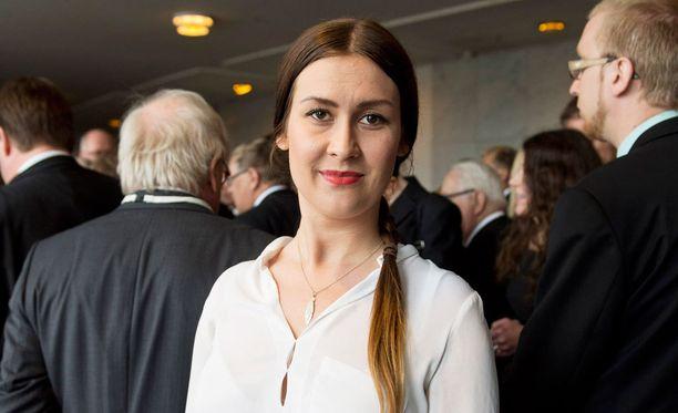 Perussuomalaisista eronnut ja Uusi vaihtoehto -ryhmään liittynyt Tiina Elovaara sanoo, että Halla-aholle olisi tehty kokouksessa epäsopivia terveyhdyksiä.