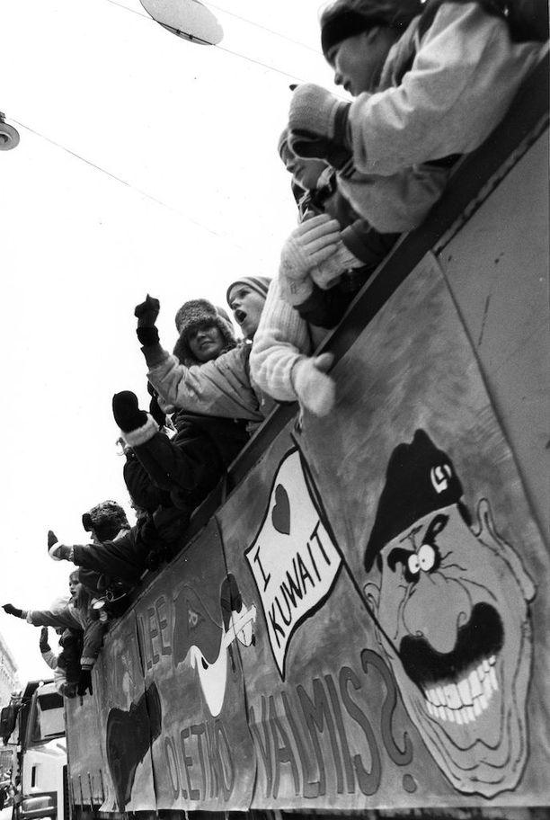 Penkkareissa on usein otettu kantaa ajankohtaisiin tapahtumiin. Vuonna 1991 penkkareissa käsiteltiin Persianlahden sotaa.