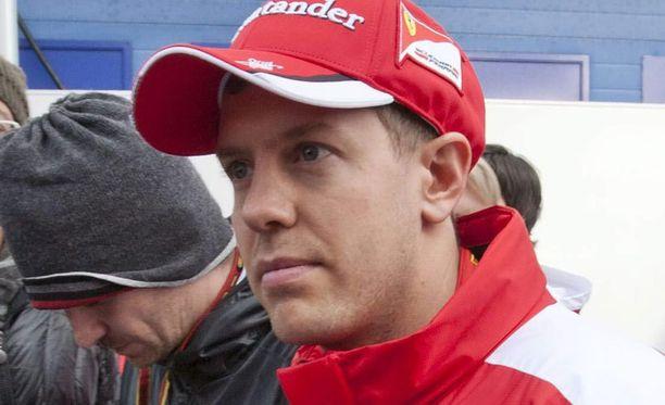 Sebastian Vettel saattaa uusista säännöistä huolimatta vaihtaa kypäränsä väritystä kauden aikana.