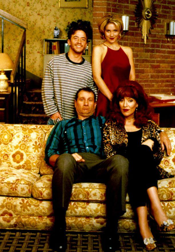 Bundyn perhe. Takana Bud (David Faustino), Kelly (Christina Applegate) ja edessä Al (Ed O'Neill), Peggy (Katey Sagal) ja rumuudestaan tunnettu sohva.