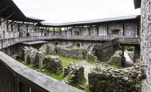 Rauniolinnan alue ja sen itäpuolella oleva peltoalue ovat muinaismuistolain nojalla rauhoitettuja kiinteitä muinaisjäännöksiä.