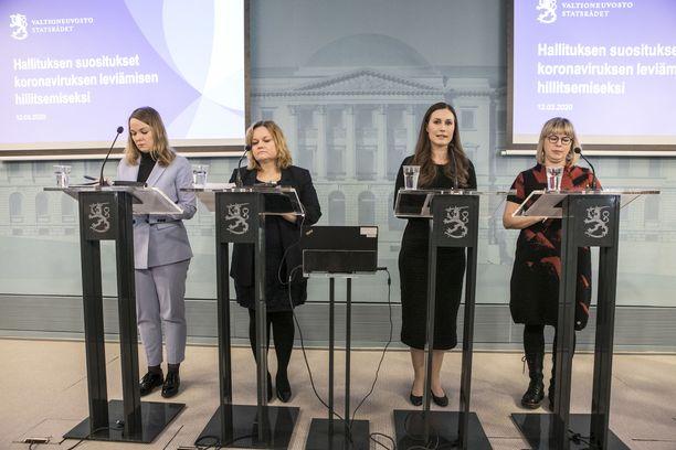 Hallituksen tiedotustilaisuus koronatilanteesta maaliskuussa. Katri Kulmuni, Krista Kiuru, Sanna Marin ja Aino-Kaisa Pekonen.