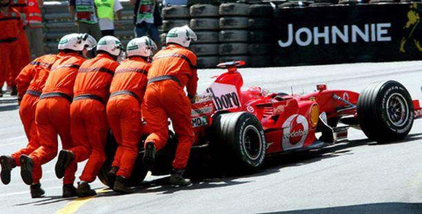 KEINOLLA MILLÄ HYVÄNSÄ Michael Schumacher tukki Fernando Alonson tien aika-ajojen loppuhetkillä.