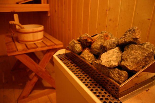 Syytteen mukaan naista saunotettiin liian kuumassa saunassa liian kauan.