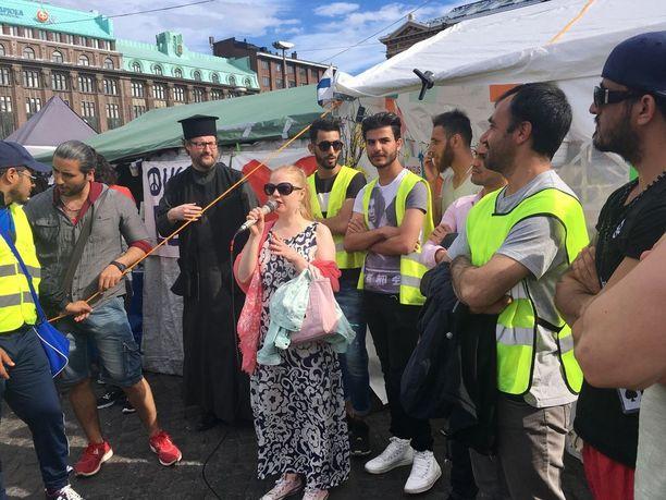 Tutkija Erna Bodström auttaa turvapaikanhakijoita. Kuva otettu keväällä Rautatientorin mielenosoituksessa, joka viime viikolla purettiin alueelta.
