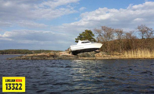 Matkavene rysäytti kalliolle Tammisaaressa viikonloppuna.