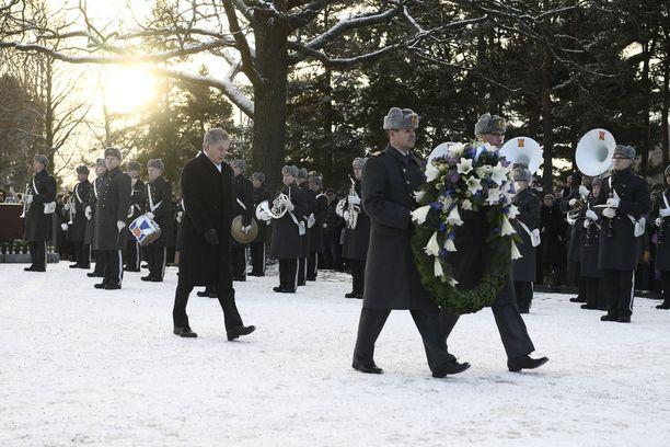 Tasavallan presidentti Sauli Niinistö laskee seppeleen myös tänä vuonna. Tällä kertaa seppeleen lasku tapahtuu kuitenkin ilman yleisöä.
