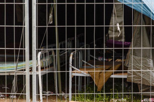 Noin kilometrin päässä uudesta, vastarakennetusta leiristä on vielä pystyssä edellisen pakolaisleirin jäänteet.