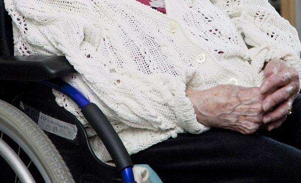 Kuusikymppinen nainen tuomittiin iäkkään äitinsä rahojen kavaltamisesta. Kuvituskuva.