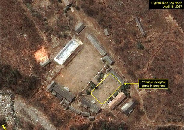 Satelliittikuva on otettu 16.4. eli päivänä, jolloin Pohjois-Korean arveltiin tekevän ydinkoe. Kuvasta näkyykin lentopellopeli.