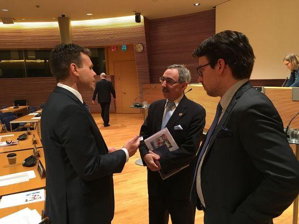 Ben Zyskowicz, Juha Lavapuro ja Ville Niinistö jatkoivat keskustelua vielä perustuslakipaneelin jälkeen.