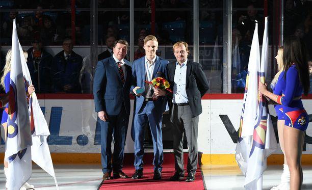 Olli Juolevi palkittiin ennen Jokerien KHL-ottelua. Vierellä Jari Kurri ja Hjallis Harkimo.