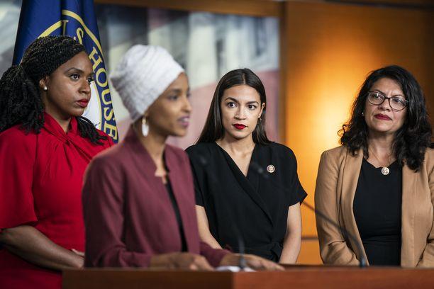 Ayanna Pressley, Ilhan Omar, Alexandria Ocasio-Cortez ja Rashida Tlaib olivat Trumpin alkuperäisen Twitter-julkaisun kohteena, vaikka nimiä ei vielä siinä vaiheessa oltukaan mainittu.