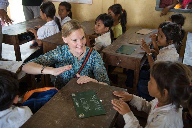 Ohjelmajohtaja Annette Gothóni tutustumassa kouluun Kambodzan Santukissa. Suomen World Vision aloittaa kummilapsiohjelman alueella.