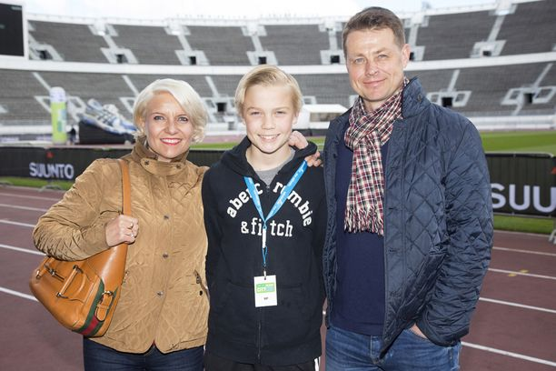 Ville Klinga kuvattiin toukokuussa perheensä kanssa Olympiastadionilla.