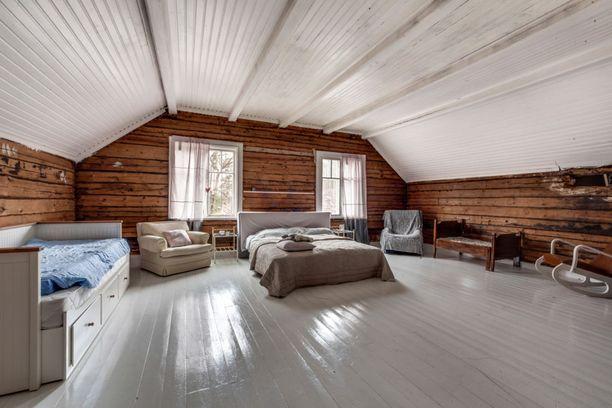 Seinät sävyttävät muuten valkoista huonetta.