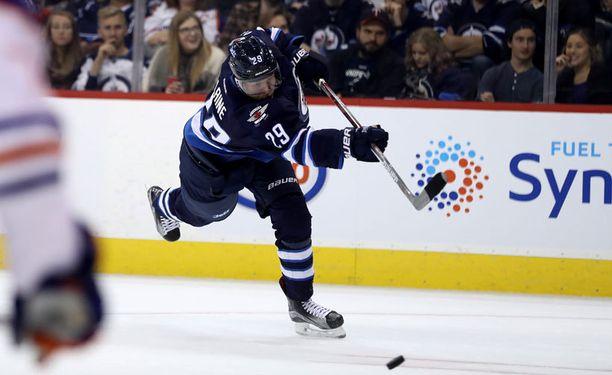 Winnipeg Jetsin Patril Laine laukoi NHL-uransa avausmaalin heti ensimmäisessä ottelussaan.