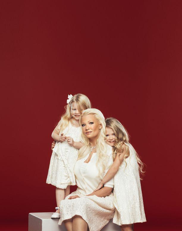 Linda Lampeniuksella ja hänen miehellään Martin Cullbergilla on kaksi tytärtä: Olivia ja Cecilia.