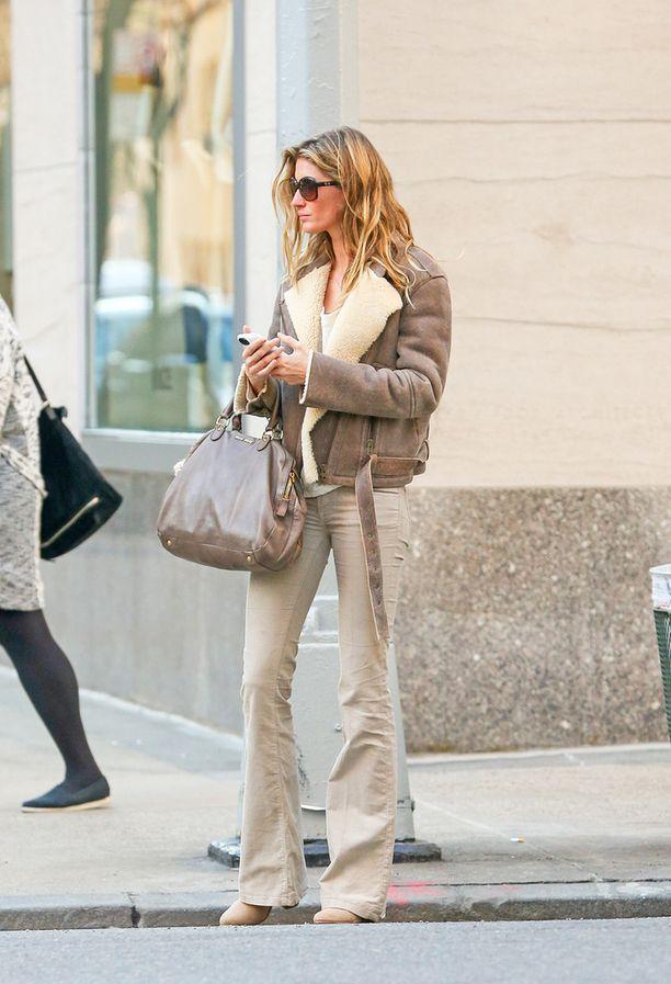 Gisele Bundchenin hiekansävyinen shearling-takki näyttää ylelliseltä.