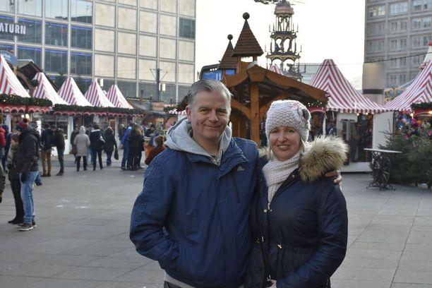 Berliinin Alexanderplatzin joulutorilla käyneet Andrew Cowe ja Tracy Tomlinson toteavat, ettei elämää voi elää pelossa.