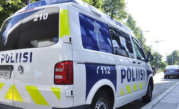 Poliisi otti yhteystyöhön haluttoman nuoren miehen auton kyytiin selvittämään perjantai-illan tapahtumia.