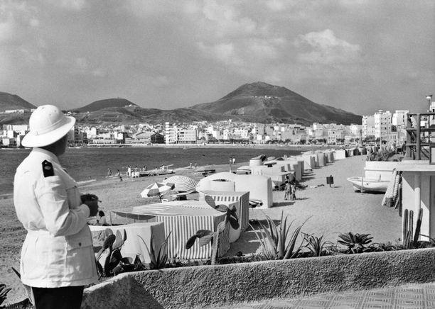 Poliisi vartoimassa rantaa Las Palmasissa vuonna 1969.