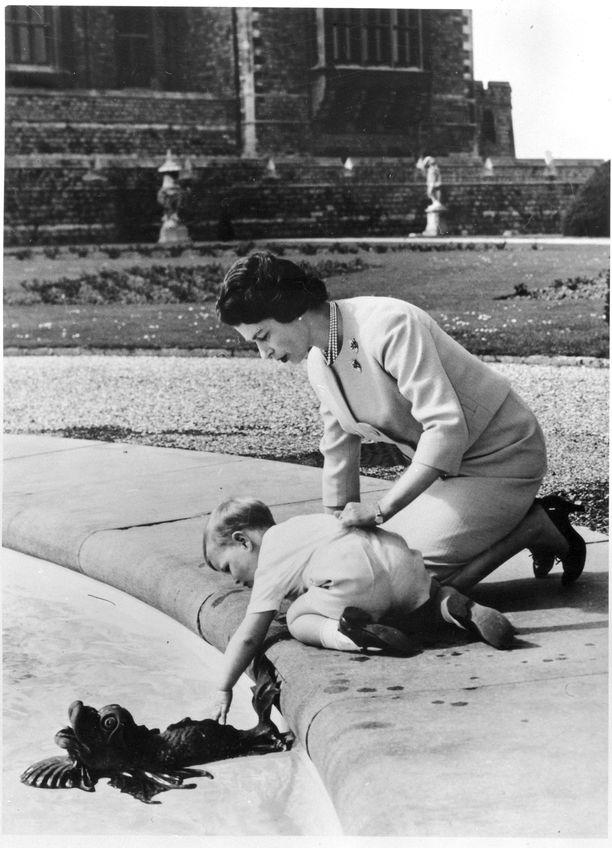 Kuningatar Elisabet oli prinssi Andrew'n kanssa huomattavasti käytännöllisempi ja läheisempi vanhempi kuin esikoisensa prinssi Charlesin kanssa. Charlesin kohdalla kuningattaren kerrotaan pitäneen ensisijaisena vastuunaan kasvattaa tuleva kuningas.