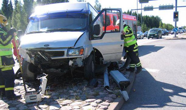 Myös naisen auton kylkeen ajaneen pakettiauton kuljettaja toimitettiin kiireellisesti sairaalaan.
