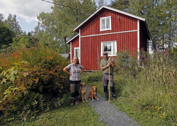 Anna ja Ville Rantala vuokraavat Koivusalon mökkiä kesäisin lammaspaimenlomalaisille. Rantalat ostivat ja remontoivat mökin viime vuonna.