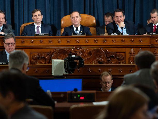 Yhdysvaltain edustajainhuone aloitti keskiviikkona Donald Trumpin virkarikostutkinnan julkisen vaiheen kuulemalla maan hallinnon kokeneita virkamiehiä William Tayloria ja George Kentiä.