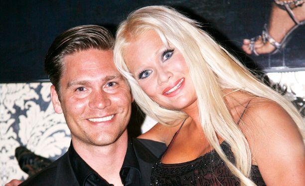 Linda Lampenius ja Martin Cullberg poseerasivat Iltalehdelle häidensä jälkeen vuonna 2008.