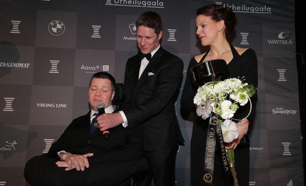 Jari Mönkkönen otti lavalla vastaan vuoden esikuvan palkinnon. Mukana olivat myös Jani Tanskanen ja Mönkkösen Sanna-vaimo.