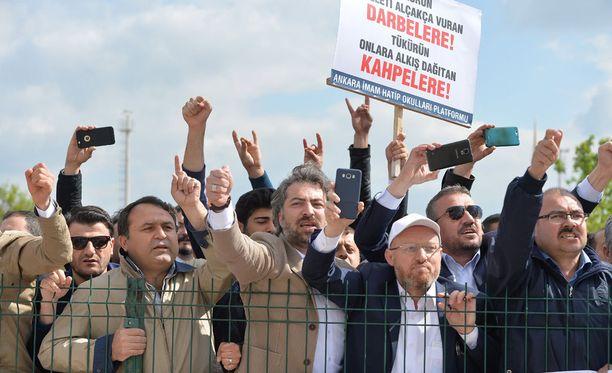 Turkkilaiset mielenosoittajat vaativat maanantaina kovia rangaistuksia vallankaappausyrityksestä syytetyille kenraaleille.