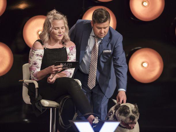 Myös Napakymppiä juontava Janne Kataja innostuu koiravieraista.
