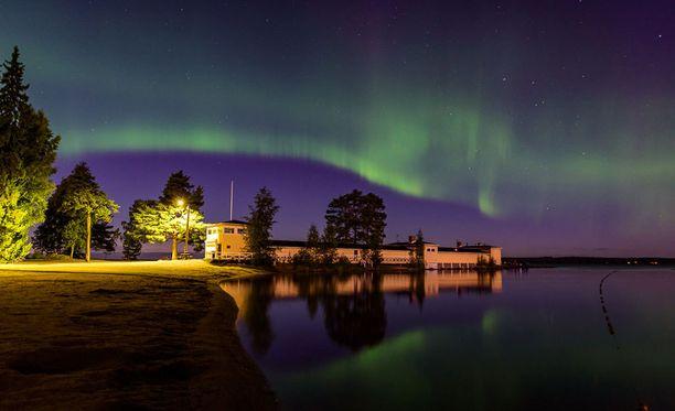 Revontulet tekivät valomaton taivaalle Tampereen Rauhaniemessä.