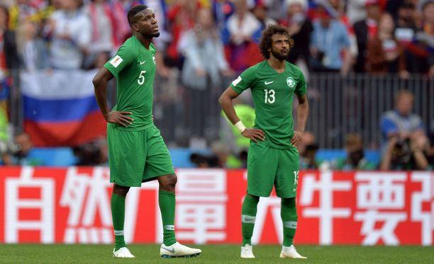 Saudi-Arabian MM-turnaus alkoi selkäsaunalla. Kuvassa Omar Hawsawi (5) ja Yasser Al-Shahrani.
