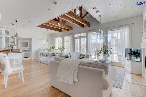 Olohuoneen ja ruokailutilan yhdistelmä on avoin ja valoisa. Puu, beige ja valkoinen luovat tilaan harmonisen tunnelman.