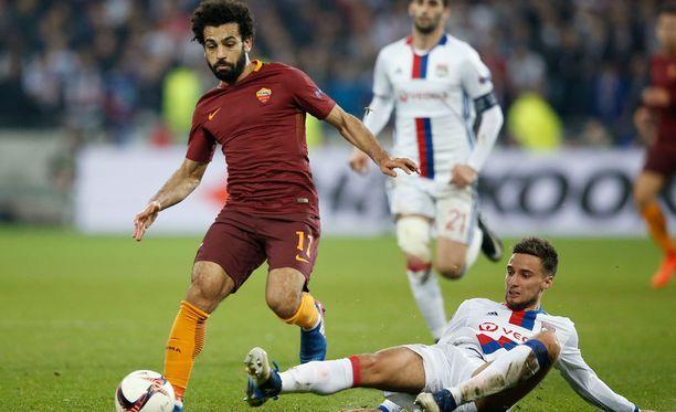 Mohamed Salah (vas.) tykitti viime kaudella maaleja AS Romassa.