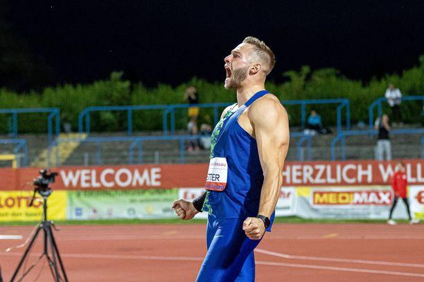 Muskelimies Johannes Vetter esitteli penkkipunnerrusennätystään.