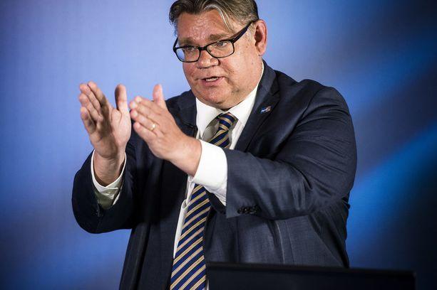 Ulkoministeri Timo Soini ei innostu sukupuolineutraaleista titteleistä.