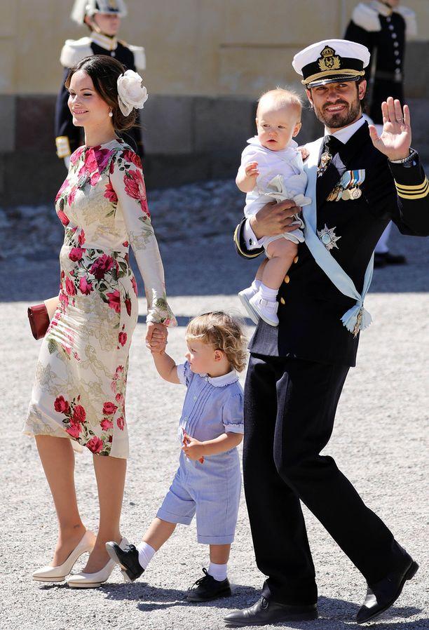 Tältä Sofia ja Carl Philip näyttävät nyt. Carl Philipin sylissä pieni Gabriel ja Sofian kädestä pitää isoveli Alexander.