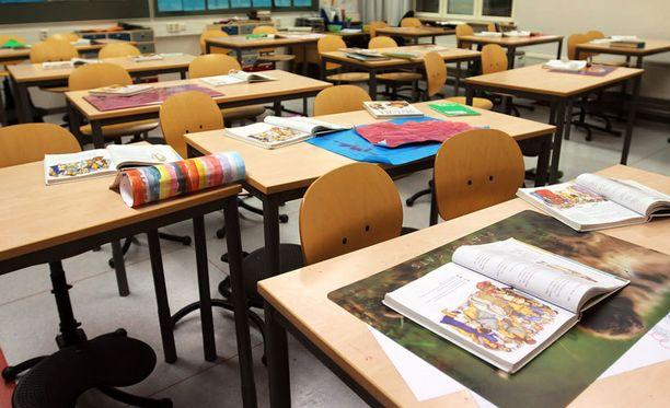 Ilmastoimattomissa kouluissa olo voi kovimmilla helteillä käydä tukalaksi.