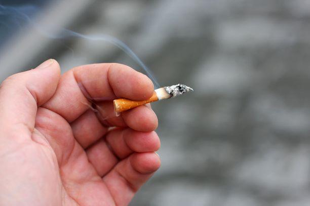 Suomalaisista aikuisista miehistä 13 prosenttia ja naisista 10 prosenttia tupakoi päivittäin.