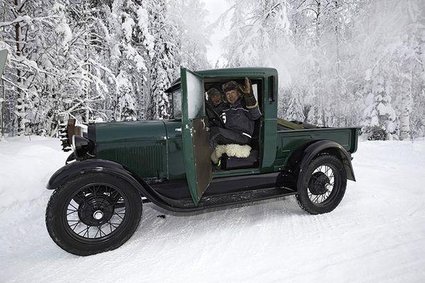 Vihreässä vuoden 1928 mallin A-Fordissa matkaavat Ari ja Lilja Myllymäki Jämsästä. He ovat toista kertaa rallissa.