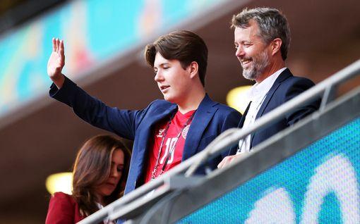 Tanskan prinssi Christian, 15, aloitti lukion – poseeraa tuoreessa otoksessa